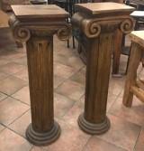 Columna tallada de madera. Mide 1.03 cm de alta x 25 cm de diámetro en su base
