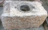 Pozo de piedra caliza. Mide 1.04 cm x 58 cm x 60 cm de alto x 47 cm de diámetro interior.