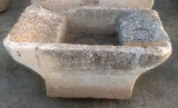 Pila de lavar doble de piedra antigua, mide 1.16 cm x 64 cm x 51 cm de alta.