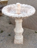 Fuente de piedra travertino. Mide 70 cm de diámetro x 1 mt de altura