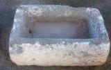 Pilón rectangular de piedra arenisca. Mide 76 cm x 46 cm x 26 cm de alto