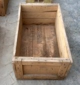 Cajón de madera. Mide 62 cm x 36 cm x 25 cm de alto