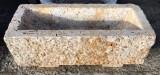 Pila de piedra travertino abujardado. Mide 70 cm x 29 cm x 30 cm de alto