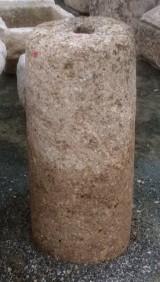 Rulo de piedra de rambla. Mide 32 cm de diámetro x 70 cm de alto