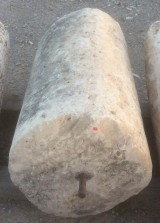 Rulo de piedra caliza. Mide 52 cm de diámetro x 96 cm de alto.