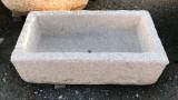 Pila de piedra. Mide 64 cm x 36 cm x 18 cm de alta