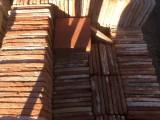 Losa de barro antigua color rojizo. Mide 21x21x2 cm. En stock hay 314 Uds = 13,85 m2
