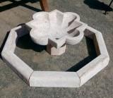 Fuente de piedra travertino. El cerco mide 1.20 cm de diámetro x 10 cm de grueso x 10 cm de altura. La taza mide 70 cm de diámetro x 37 cm de altura.