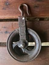 Garrucha de hierro. Mide 20 cm de diámetro x 35 cm de alto
