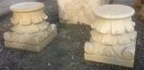 Pareja de capiteles de mármol tallados. Mide 30 cm x 30 cm de base x 37 cm de altura. Se venden juntos