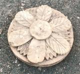 Rosetón de piedra caliza tallado. Mide 43 cm de diámetro x 11 cm de grosor