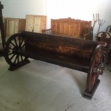 Banco de madera hecho con dos ruedas de carro antiguas. Mide 2,14 mts de largo x 90 cm de fondo x 92 cm de alto.