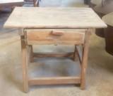 Mesa de madera pino blanco con cajón. Mide 65 cm x 42 cm x 54 cm de alto