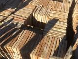 Losa de barro antigua. Mide 25x25x2,5 cm. En stock hay 266 Uds = 16,62 m2.