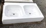 Fregadero antiguo de dos senos en mármol blanco Macael. Mide 90 cm x 50 cm x 19 cm de alto.