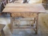 Mesa de madera pino con cajón. Mide 99 cm x 54 cm x 75 cm de alto
