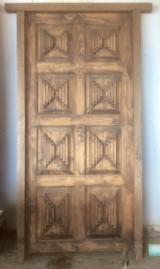 Puerta de madera sin cerradura, madera tropical, apertura a derechas, con bisagras. Mide 2.28 cm de alta x 1.14 cm de ancha total.