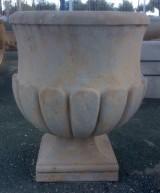 Pareja de copas decorativas en piedra. Miden 40 cm x 40 cm de base, 65 cm de diámetro x 79 cm de altura y 27 cm de profundidad. Se venden juntas.