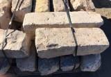 Bordillo de piedra viva color gris. Mide 17 cm de ancho x 18 cm de alto x 40/60 cm de largo