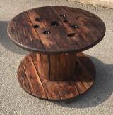 Mesa de madera pino. Mide 80 cm x 60 cm de alto
