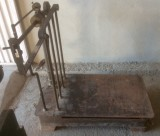 Báscula de hierro. Mide 98 cm de larga x 80 cm de ancho x 1.05 cm de alta