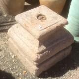 Base de piedra antigua. Mide 32x32x30 cm de alta.