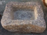 Pilón rectangular de piedra de rambla, arena y piedra solidificada. Mide 81 cm x 71 cm x 20 cm de alto.
