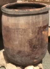 Corcio de barro antiguo. Mide 68 cm diámetro y 92 cm altura.
