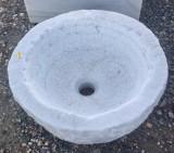Pila redonda de mármol, mide 42 cm de diámetro x 18 cm de alta.
