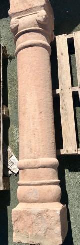 Columna de piedra antigua de una pieza. Mide 1,77 cm de alta,