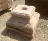 Base de piedra antigua. Mide 35x35x28 cm de alta.