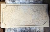 Piedra tallada de una pieza sirve para decorar en una fachada. Mide 1,15 cm x 59 cm x 8 cm de grueso.