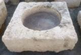 Pilón cuadrado de piedra arenisca. Mide 92 cm x 93 cm x 34 cm de alto