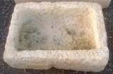 Pila de piedra viva. Mide 53 cm x 37 cm x 17 cm de alta.