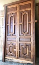 Puerta de madera de nogal estilo modernista. Mide 2.85 de alta x 1.70 de ancha