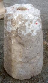 Rulo de piedra viva. Mide 38 cm de diámetro x 62 cm de alto.