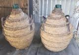 Botellas de vidrio antiguas con esparto. Miden 27 cm de diámetro x 45 cm de altas