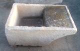 Pila de lavar de piedra antigua, mide 93 cm x 64 cm x 40 cm de alta.