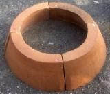 Boca de pozo en 4 piezas refractarias. Mide 67 cm de diámetro exterior x 25 cm de alto, y 50 cm de diámetro interior.