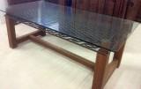 Mesa con patas de madera, reja integrada antigua, y cristal de seguridad volado. Mide 2,20 de largo x 1,10 de ancho y 80 de altura.