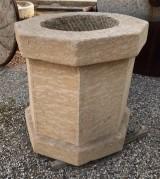 Pozo de piedra caliza octogonal. Mide 91 cm  de diámetro exterior x 56 cm de diámetro interior x 94 cm de alto
