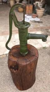 Bomba de agua antigua con tronco de madera. Altura total 1.15 cm