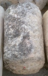 Rulo de piedra caliza muy erosionada. Mide 59 cm de diámetro x 90 cm de alto.