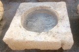 Pilón cuadrado de piedra arenisca. Mide 92 cm x 93 cm x 32 cm de alto.