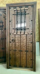 Puerta de una hoja apertura a derechas, mide 99 cm x 2.11 cm de alta
