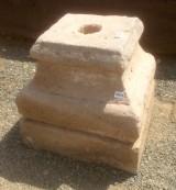 Base de piedra antigua. Mide 28x28x28 cm de alta.
