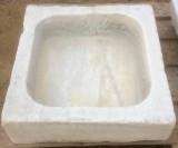 Pila de mármol blanco Macael. Mide 53 cm x 50 cm x 14 cm de alta.