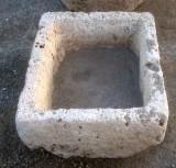 Pila de piedra viva. Mide 55 cm x 50 cm x 26 cm de alto.