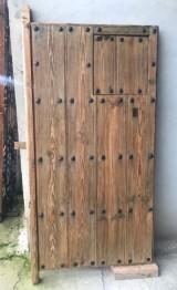 Puerta de clavos con ventano. Mide 91 cm de ancha x 1.82 cm de alta, ventano de 43 cm x 43 cm
