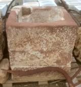 Pozo de piedra roja en dos piezas. Mide 85 cm x 83 cm x 87 cm de alto x 66 cm de diámetro interior.